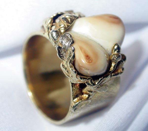 Złoty pierścionek zdobiony grandlami. Wykonany w pracowni Adama Matyjaszczyka (maty47@interia.pl).